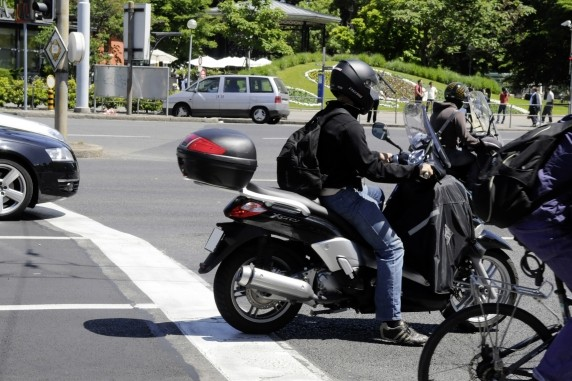 """Deux-roues motorisés """"Contestez vos amendes"""" sur des cases blanches réservées aux vélos!"""